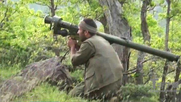 """从PKK宣传机构发布的视频可以看到,在土耳其东部山区某地,武装人员利用植被掩护将埋伏在低飞的土军直升机航线下方,并使用一枚来源不明的俄制Igla-1""""针""""式防空导弹进行瞄准。射手在导弹锁定后立刻发射,导弹片刻即命中爆炸。视频截图:土耳其眼镜蛇直升机被导弹打成两节。   环球网军事5月16日报道:近日公布在网络上的一段视频显示,在土耳其哈卡里,库尔德工人党使用""""针""""式防空导弹击中土耳其AH-1直升机。"""