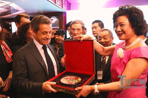 钱美蓉代表联盟向萨科奇赠送纪念品。(法国《欧洲时报》/孔帆