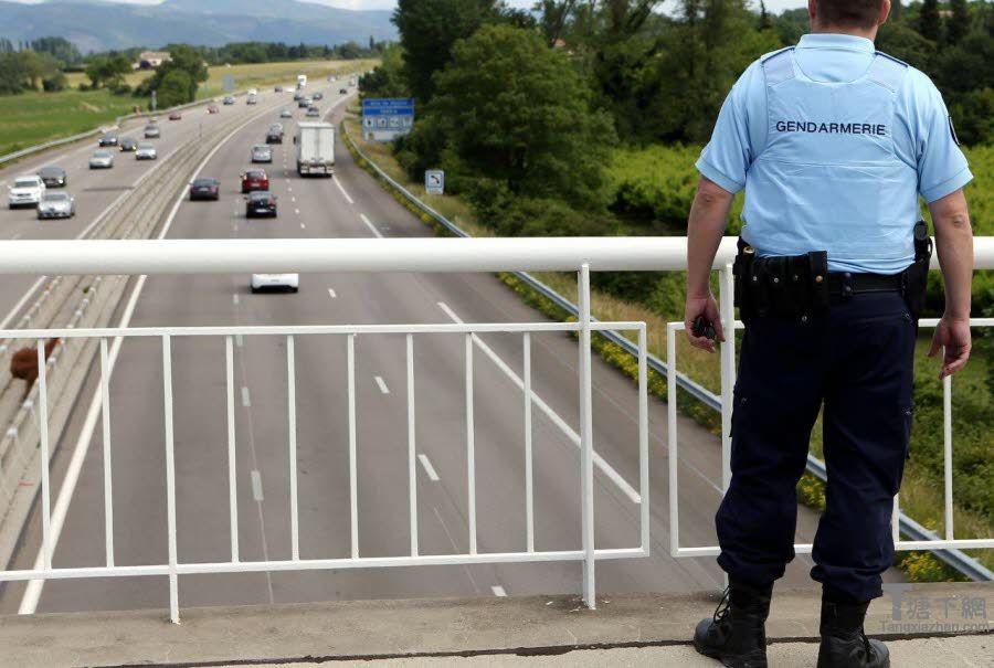 Des gendarmes étaient sur place ce dimanche matin. Photo Le DL/Fabrice HEBRARD