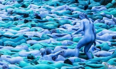 玩脱了!三千多人全裸涂成蓝色是要闹哪样(组图)