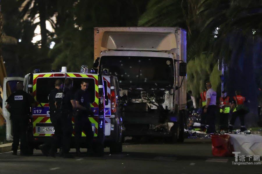 驱使走入人群的卡车弹痕累累。 他的司机被打死。 瓦莱里HACHE照片