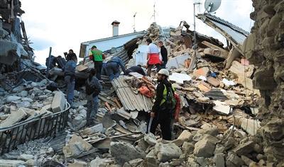 阿马特里切,救援人员在废墟中搜救。新华社/路透