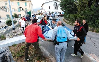 阿马特里切,人们聚集在街道上。新华社/路透