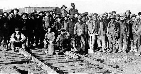 第一批中国移民远渡重洋,在旧金山修铁路。