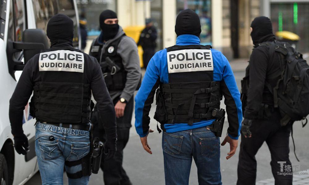 一个反恐工作期间RAID警察。 (Illustation)