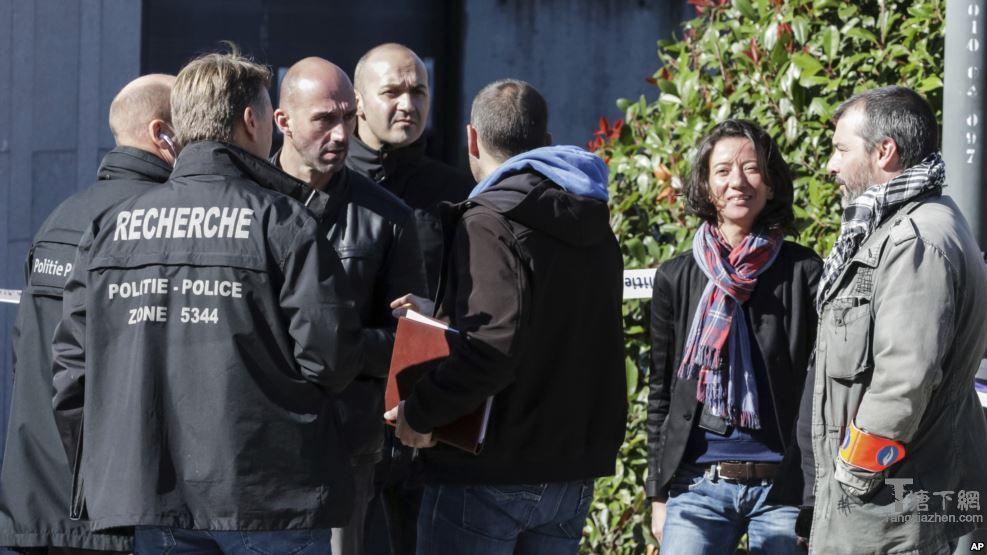 比利时首都布鲁塞尔发生警察遇刺事件后调查人员在现场