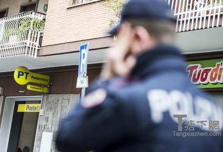Un poliziotto in servizio © ANSA